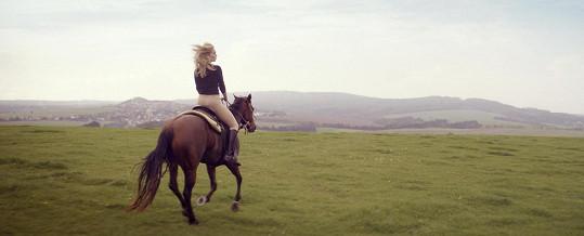 Na koni jezdí od dětství.