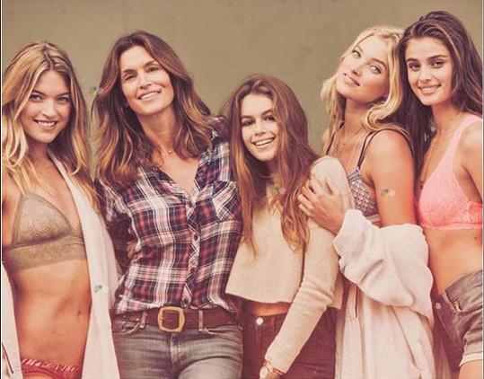 Kaia Gerber s maminkou Cindy Crawford a modelkami Marthou Hunt, Taylor Hill a Elsou Hosk