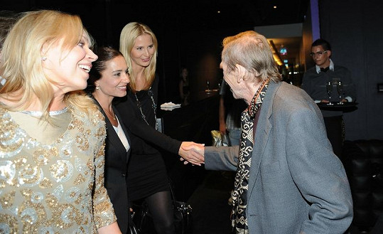 Exprezident se zdraví s Ivanou Gottovou a Míšou Kuklovou.