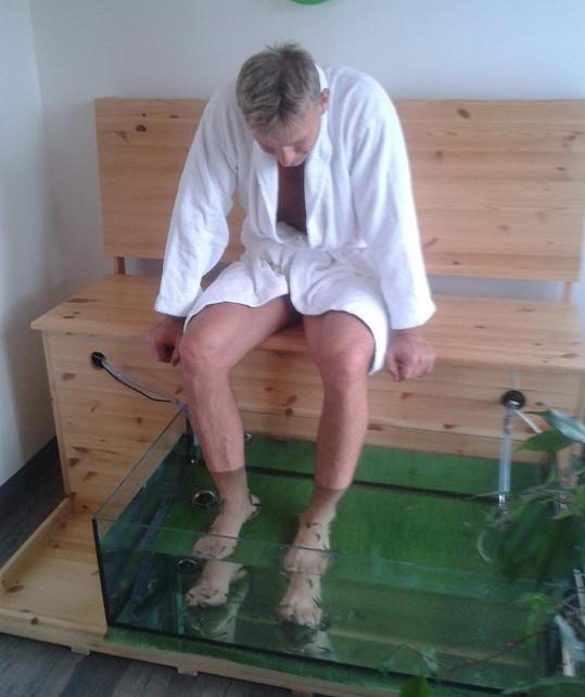 Martin Maxa si nechává nohy ožírat rybičkami.