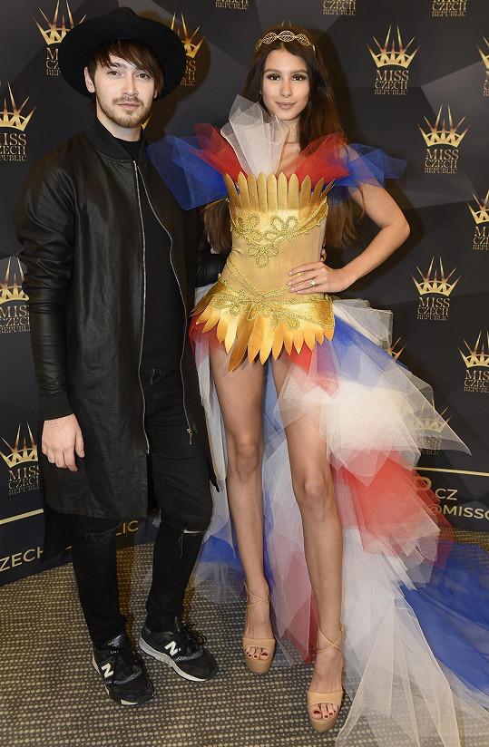 Daniela ve svém kroji, i s návrhářem Hanykýřem