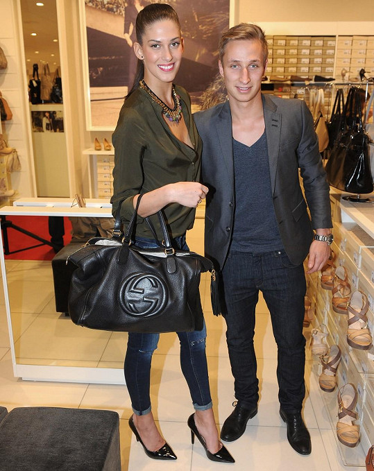 Aneta vzala přítele do obchodu s obuví zřejmě jako nosiče.