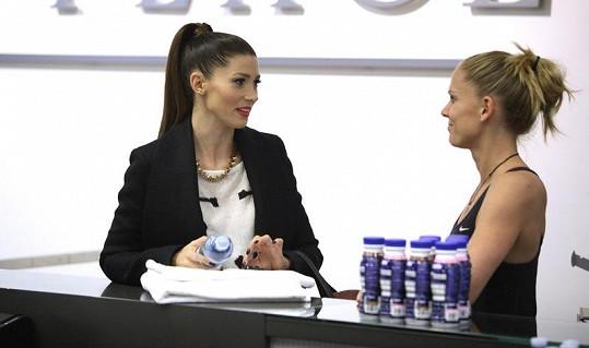 Tereza se vítá na recepci karlínského klubu se svou trenérkou Zuzkou Bičíkovou.