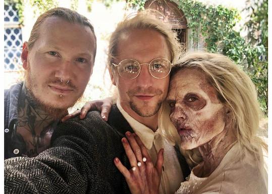 Tomáš Klus s manželkou Tamarou a make-up artistou Jakubem Gründlerem