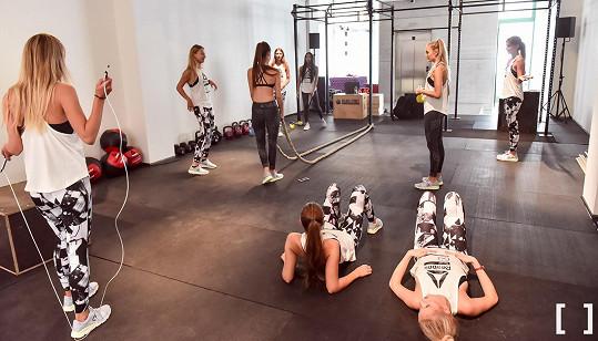 Finalistkám ukázala náročné cvičení s provazy.