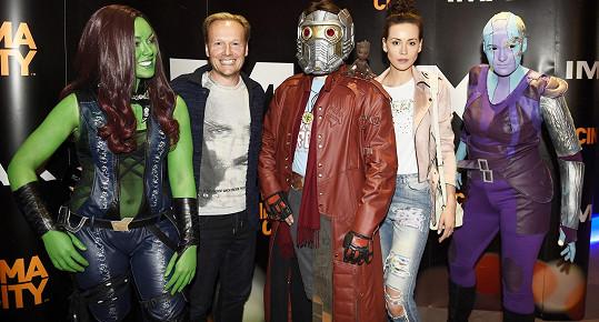 Před projekcí se s kostýmovanými postavami zvěčnili i Katka Votavová se snoubencem Jiřím.