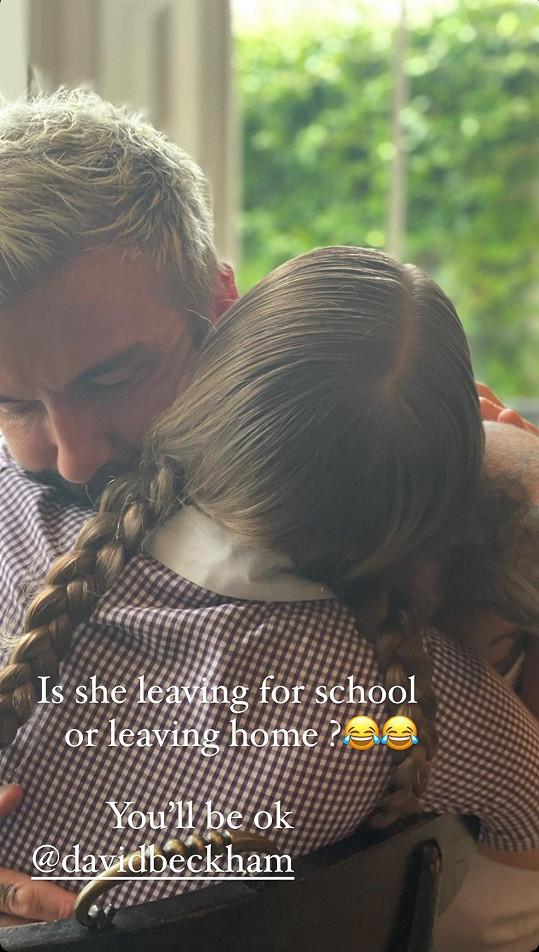 """""""Odchází do školy, nebo z domova? To bude v pořádku Davide,"""" napsala s vysmátými emotikonami Victoria k tomuto snímku."""