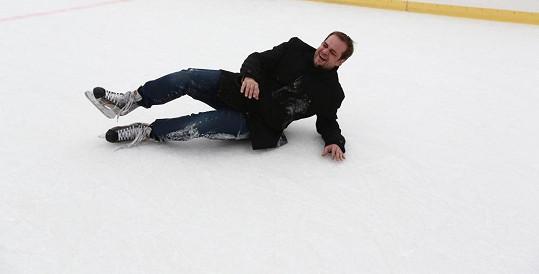 Zato Roman Štabrňák vyzkoušel kvalitu ledu nejen vestoje.