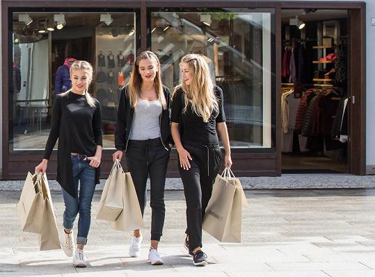 Modelky musely využít jedno volné odpoledne k nakupování.