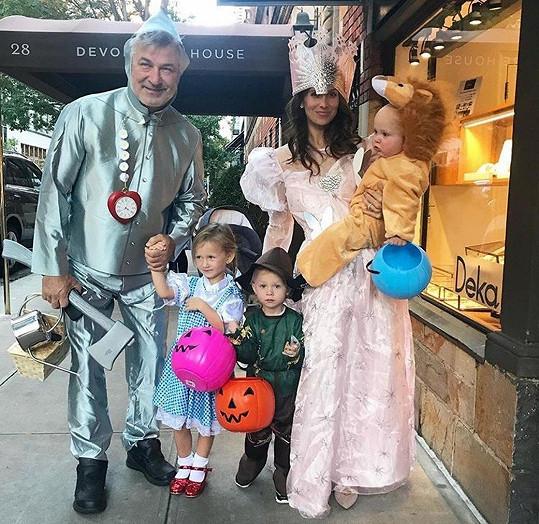 Na Halloween šli Baldwinovi za celé obsazení filmu Čaroděj ze země Oz.