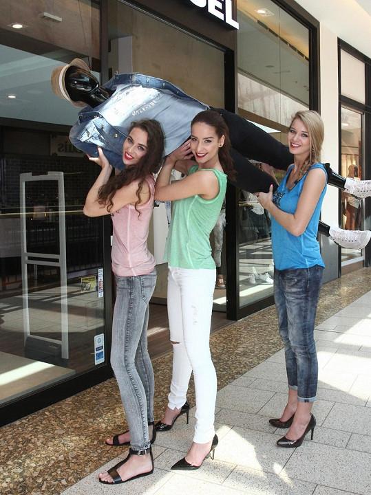 Tereza, Nikola a Gábina řádily v obchodním centru na pražském Chodově jako černá ruka.