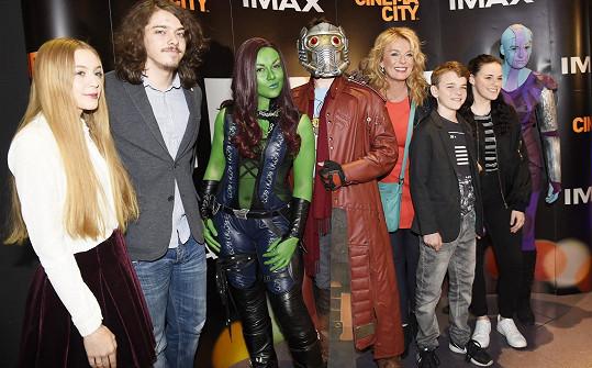 Rodinné foto s kostýmovanými příšerkami