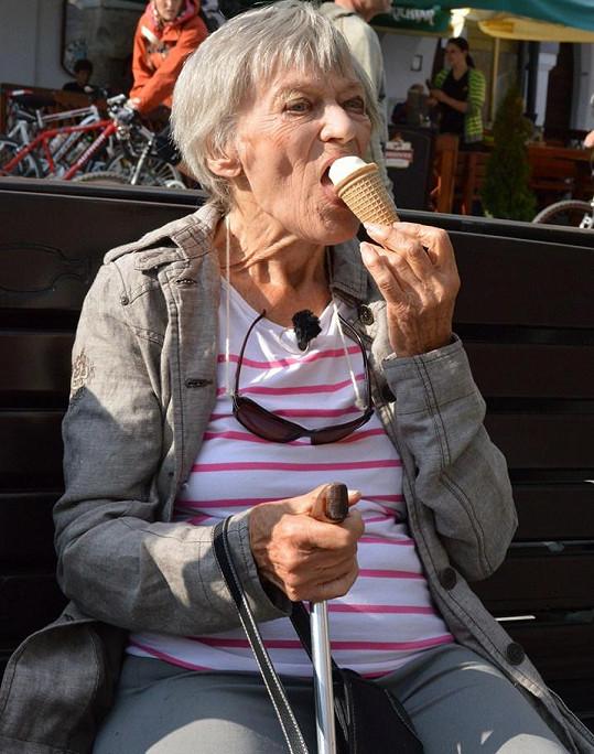 V Třeboni si labužnicky pochutnala na zmrzlině.