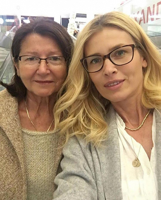 Daniela vyrazila s maminkou do kina.