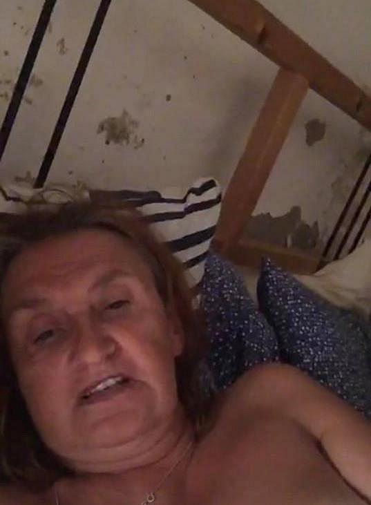 Cenzurovaná verze záběru z přímého přenosu Evy Holubové.
