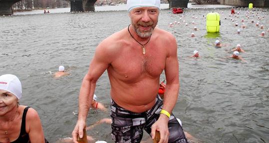 Studenou koupel u Slovanského ostrova si doslova užíval.