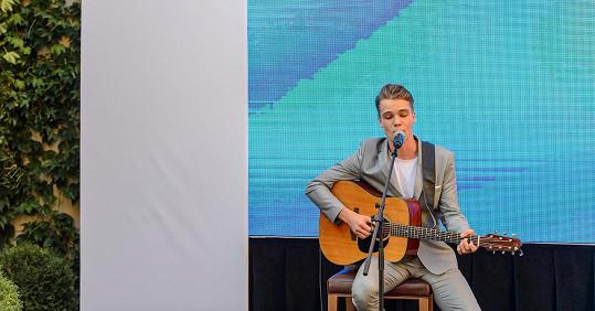 Mikolas spojuje síly s producenty, kteří se pyšní nominacemi na Grammy.