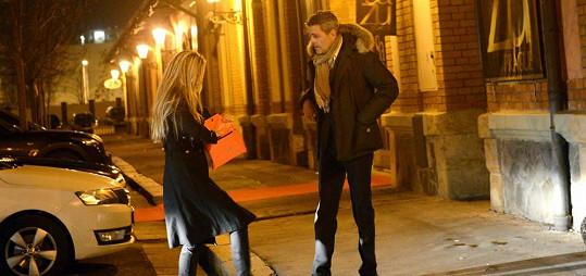 Barbara a Fabrizio přijeli taxíkem před restauraci.
