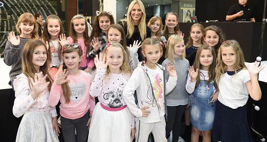 Kateřina s finalistkami soutěže Sluníčko roku