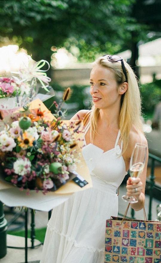 Mezi gratulanty byla také manželka závodníka Jana Charouze Nela.