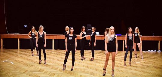 Denně dívky zkoušely choreografii.
