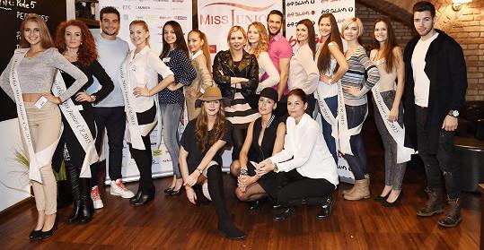 Moderátorka s finalistkami na semifinále soutěže.