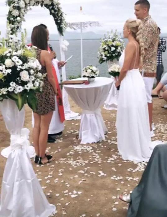 Svatba se konala na skále nad mořem.