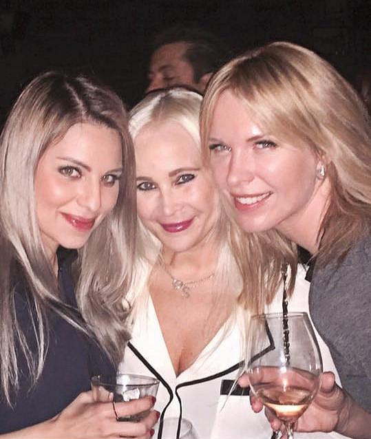 Diana v klubu v západním Hollywoodu s kamarádkou Lenkou a pravou rukou agenta svého partnera.