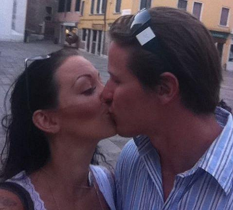 Agáta Hanychová při vášnivém polibku s Miroslavem Dopitou