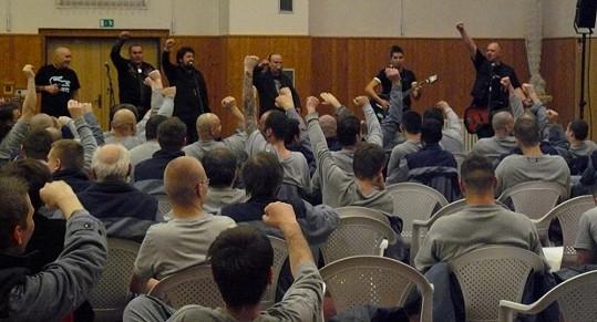 Vězni měli z návštěvy ohromnou radost.