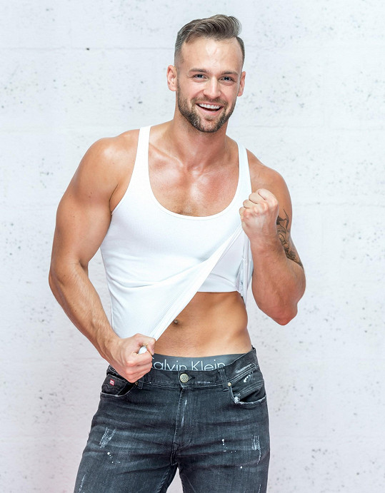 Jakub pracuje také jako fitness trenér. Tělo má vymakané.