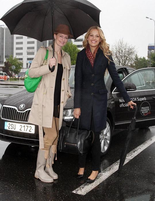 Petru na letišti přivítala její nejlepší kamarádka Karolína Bosáková.