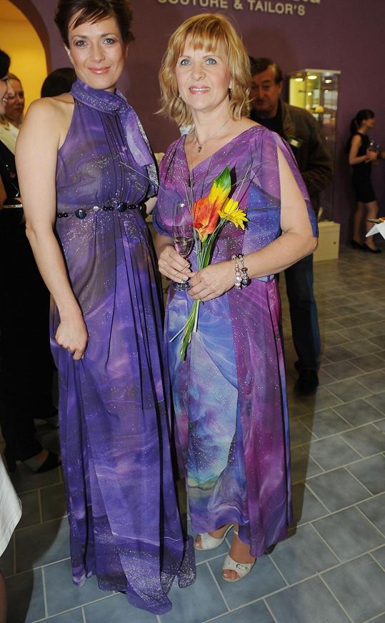 Herečka s návrhářkou Jiřinou Tauchmanovou v podobných šatech