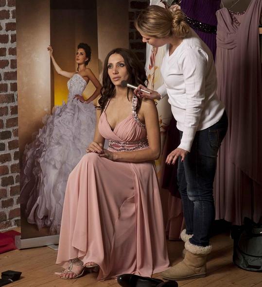 Olgu upravuje vizážistka hvězd Veronika Vandasová.