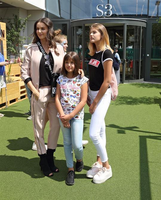 Kubelková s dcerkami vyrazila na otevření střešní terasy v obchodním centru na Chodově.