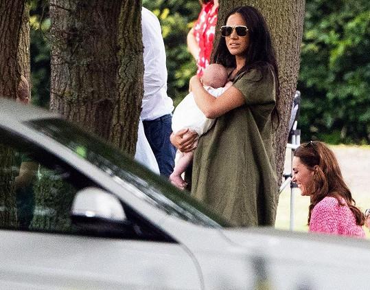 Vévodkyně Kate a Meghan dění sledovaly ze stejného místa ve stínu pod stromy, každá si ale hleděla svého.