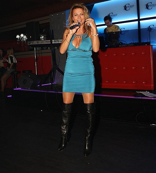 Zpěvačka a herečka slovenského původu má také krásná stehna.