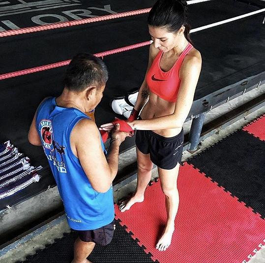 Modřiny má z tréninků thajského boxu.