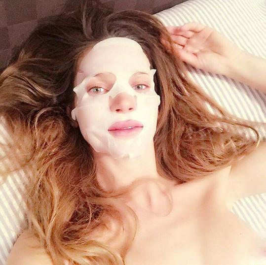 Andrea s maskou na obličeji