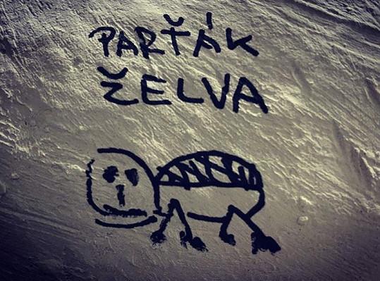 Tohle mu nakreslil na sádru.