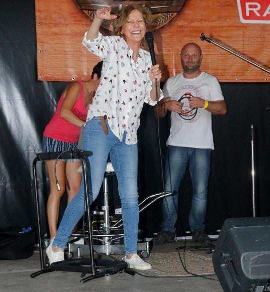 Lenka Filipová tak, jak ji mají fanoušci nejraději - na pódiu s mikrofonem v ruce.