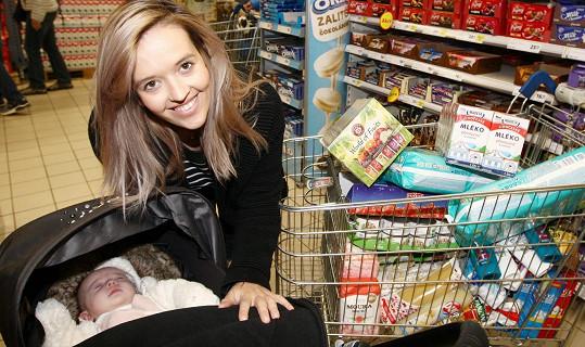 Tamara Klusová společně s čtyřměsíční dcerou Jenovéfou přišly podpořit Národní potravinovou sbírku.