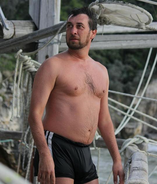 Domenico Martucci v plavkách.