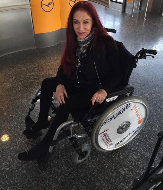 Na letišti v Bejrútu, Frankfurtu a Praze se musela pohybovat na vozíku.