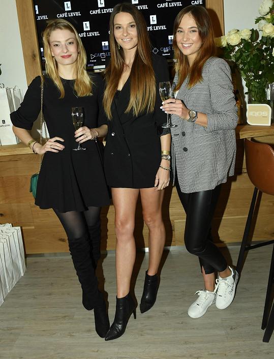 Nikol s kráskami z České Miss Leou Šteflíčkovou a Terezou Křivánkovou na otevření nové kavárny.