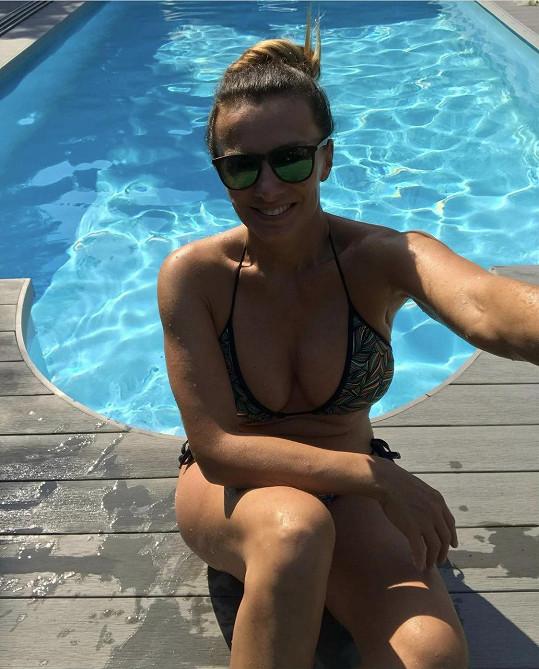 Alice Bendová konečně i v Česku vytáhla plavky.