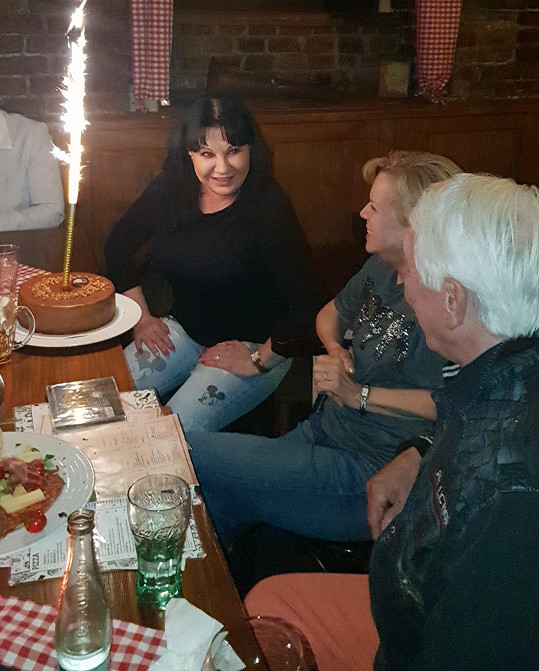 Pogratulovali jí i Jiří Krampol s manželkou Hankou.