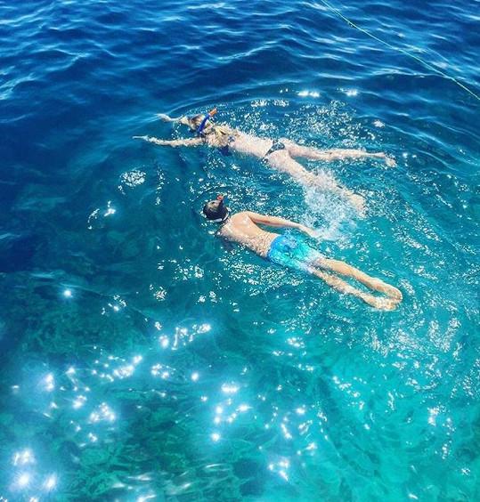 Šnorchluje se synem Kubou.