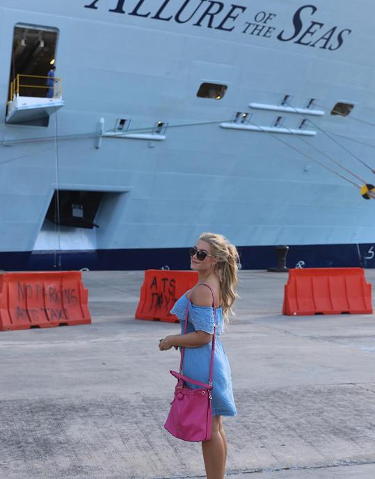 Během zastávky v přístavu na ostrově Svatý Tomáš.