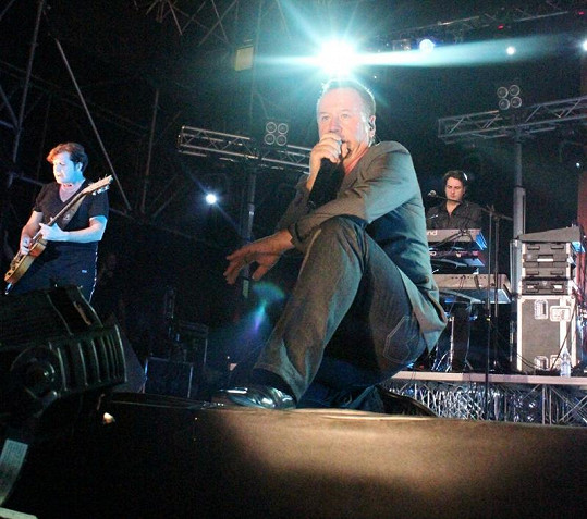 Jim Kerr ze Simple Minds pěkně řádil.
